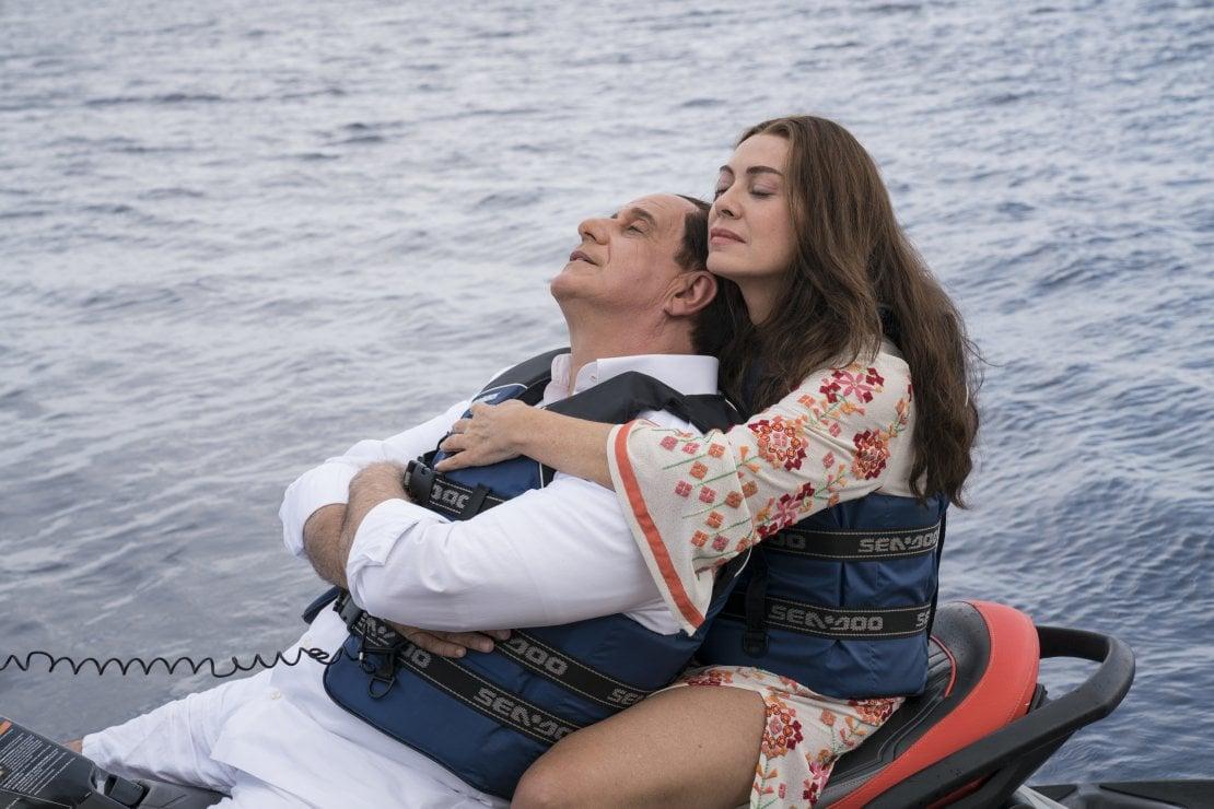 Toni Servillo nei panni di Silvio Berlusconi e Elena Sofia Ricci in quelli di Veronica Lario nei film Loro 1 e 2 di Paolo Sorrentino