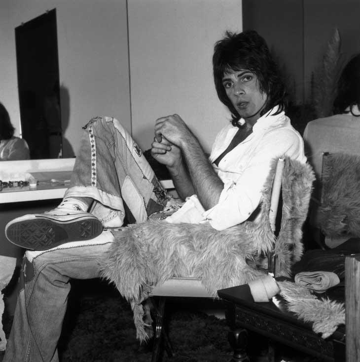 1974: icantante e attore Rick Springfield in camerino con un paio di Converse All Star