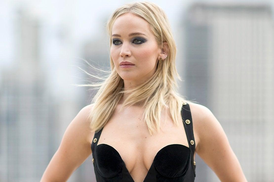 Jennifer Lawrence in Versace al photocall londinese di 'Red Sparrow'. Un outfit suggerito da Jill Lincoln e Jordan Johnson