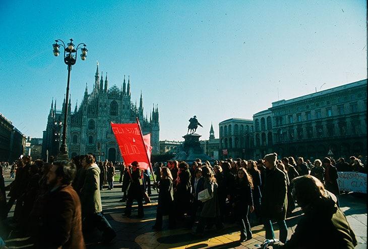 Una manifestazione studentesca nel 1968 in Piazza Duomo a Milano