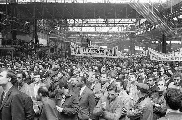 Operai della Renault aderiscono allo sciopero generale che paralizza la Francia nel 1968