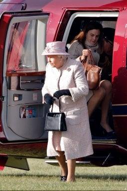 2017 Samantha arriva con la Regina in elicottero
