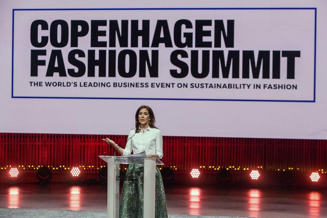 La Principessa Mary di Danimarca parla sul palco del Copenhagen Fashion Summit 2018
