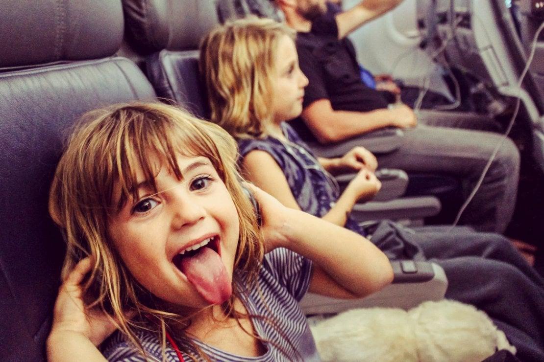 Battesimo dell'aria: trucchi per superare il primo volo con i bambini senza stress