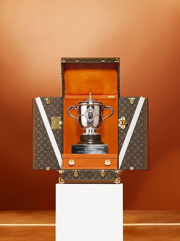 Per Roland-Garros 2018, Louis Vuitton si è alleato con la Federazione Francese Tennis per il secondo anno consecutivo. I vincitori del torneo singolo maschile e femminile del Roland Garros vinceranno le prestigiose Coppa Suzanne Lenglen e Coppa dei Moschettieri. Questi trofei sono custoditi in due bauli Louis Vuitton, personalizzati con il manifesto della competizione del 2018