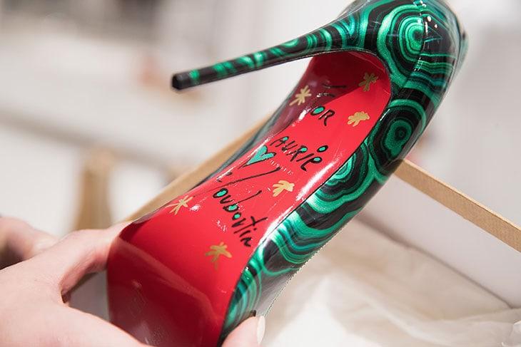 La celebre suola rossa di un paio di scarpe autografate da Christian Louboutin