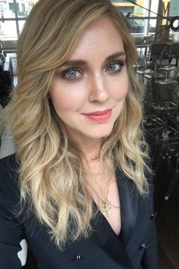 Chiara Ferragni scatta un selfie con il nostro telefono. La foto è assolutamente senza filtri