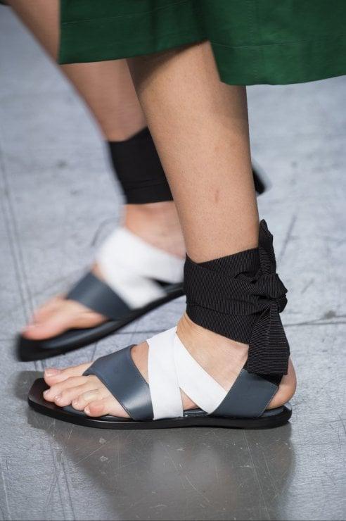 I sandali piatti, accessori indispensabili dell'estate