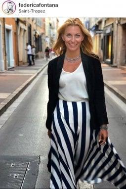 Federica Fontana passeggia per le vie di Saint-Tropez e indossa una Poupine estiva, a righe