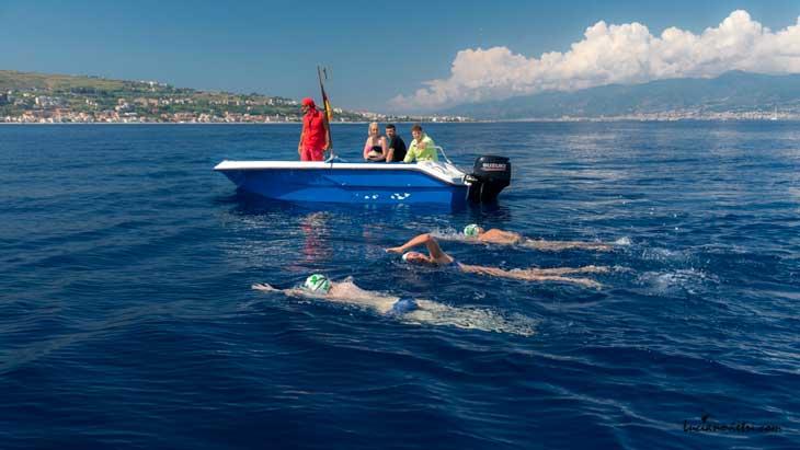 Cristina ha vinto la sua sfida contro la sclerosi multipla: in poco più di un'ora ha attraversato a nuoto lo stretto di Messina
