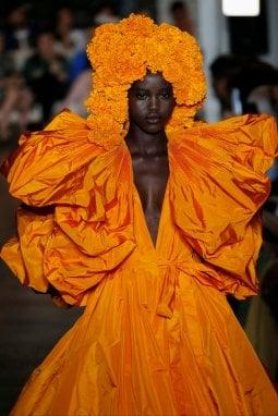 La modella Adut Akech in Valentino Haute Couture