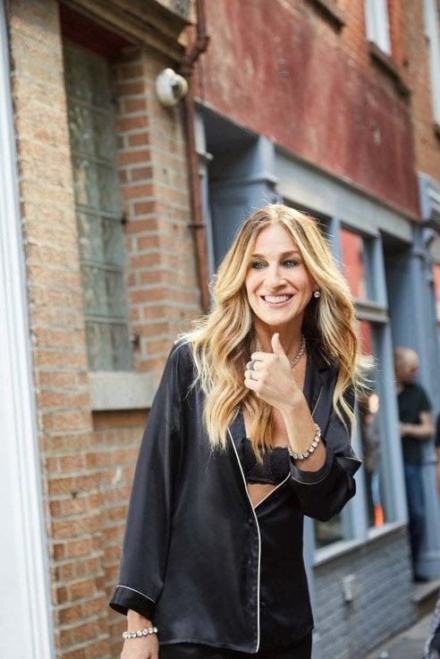 9271e7313 Un sorriso ai fan  Sarah Jessica Parker gira a NY la campagna Intimissimi