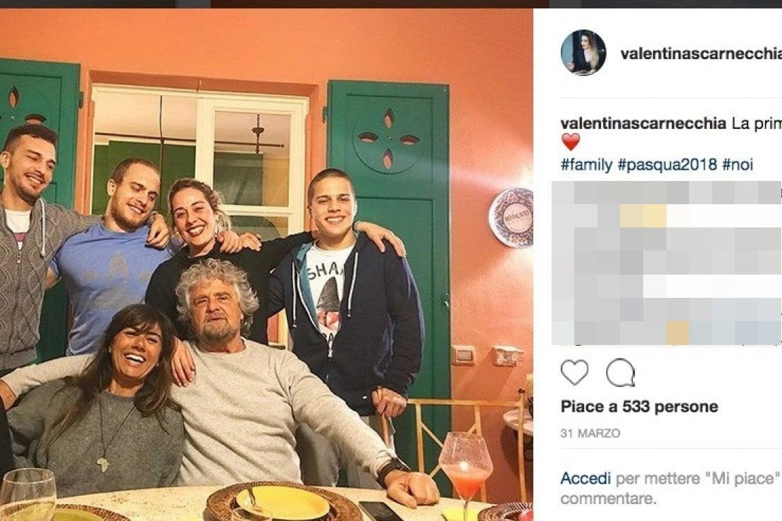 Una foto di famiglia pubblicata dalla chef sul suo profilo Instagram: Beppe Grillo con la moglie Parvin e i figli Matteo, Valentina, Rocco e Ciro