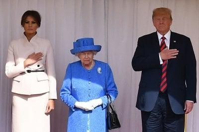 Quella di Donald Trump è stata una visita sgradita alla Regina. Le sue spille lo dimostrano