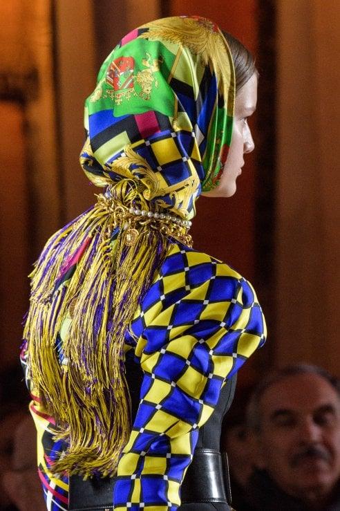 Da Gucci a Versace: 10 modi per indossare il foulard visti sulle passerelle