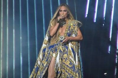 Jennifer Lopez: 7 look di Versace per una performance storicaFoto: look più belli visti sul red carpet