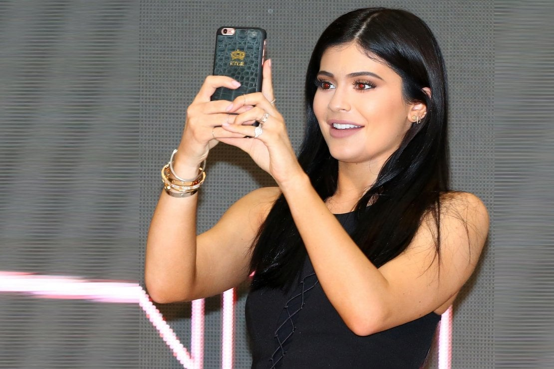 """Kylie Jenner e Apple lanciano Selfie Cosmetic, una crema che protegge dalla """"luce blu"""" degli smartphone (e rende più belle)"""