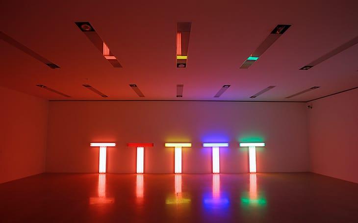 Un'installazione di Dan Flavin