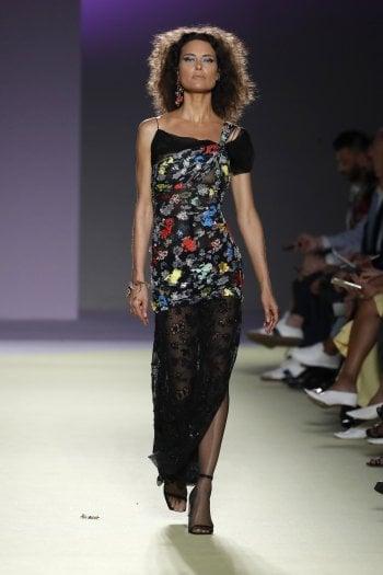 Shalom Harlow, 44 anni, supermodella tornata in passerella per Versace