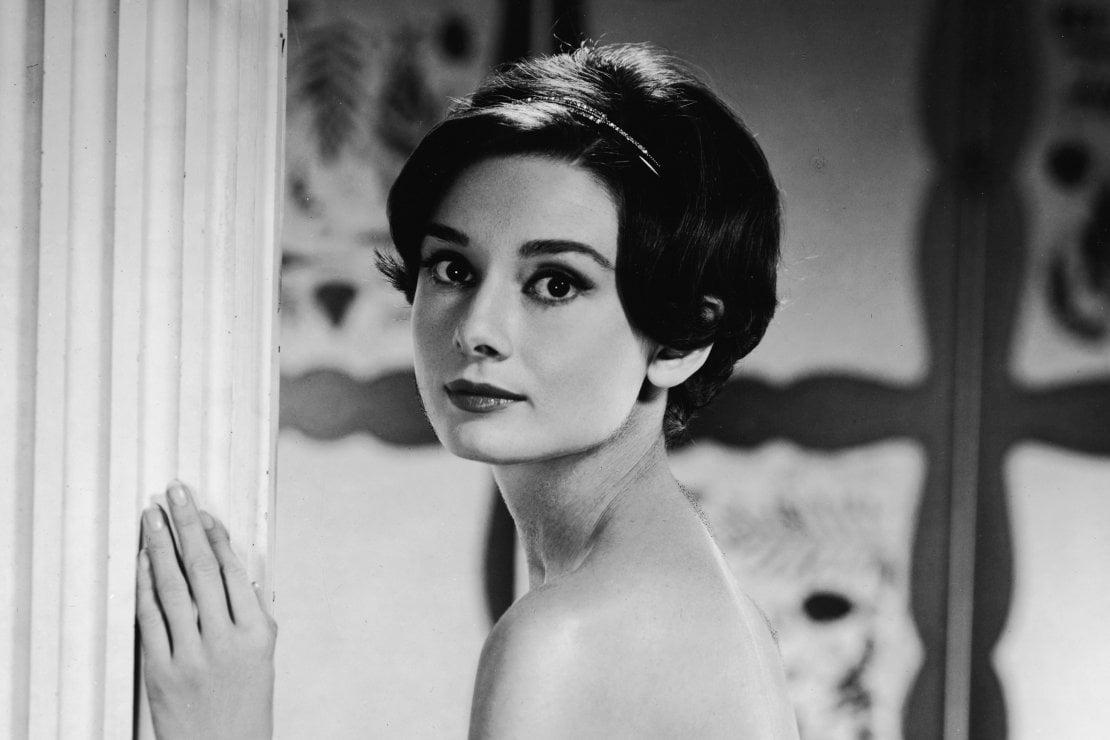 """Il fascino di Audrey Hepburn """"imbottigliato"""" in un profumo che torna a sedurre"""