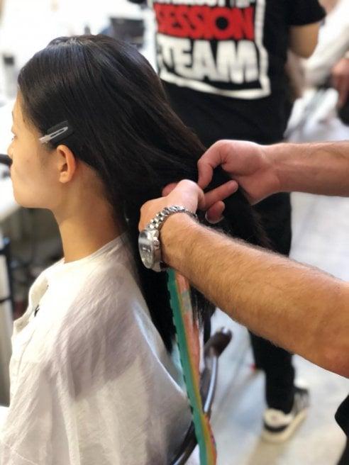 Capelli lunghi: come realizzare le trecce colorate della sfilata Stella Jean