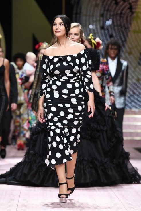 Monica Bellucci, Carla Bruni, Eva Herzigova: da Dolce&Gabbana sfilano le star di ieri e di oggi