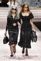 Rughe, capelli bianchi... il trend dei modelli over 45 alle Fashion Week