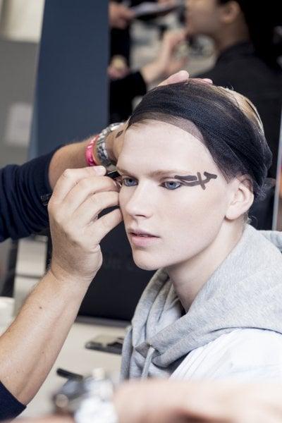 Pelle luminosa e tratti grafici sugli occhi: il nuovo modo di indossare il khôl