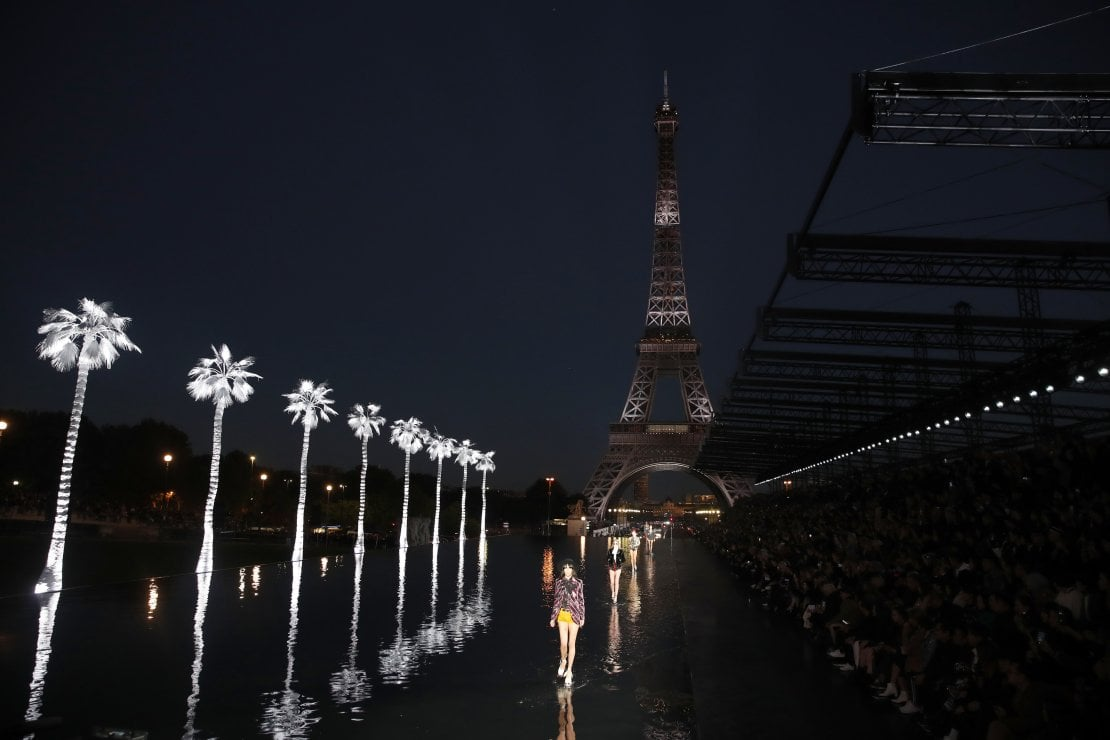Saint Laurent: show spettacolare sotto la Torre Eiffel per una moda che viaggia nel tempo