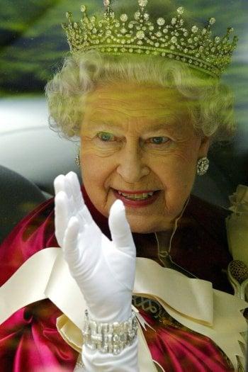 La Regina Elisabetta usa una mano guantata finta per salutare senza stancarsi. Lo rivela la figlia Anna
