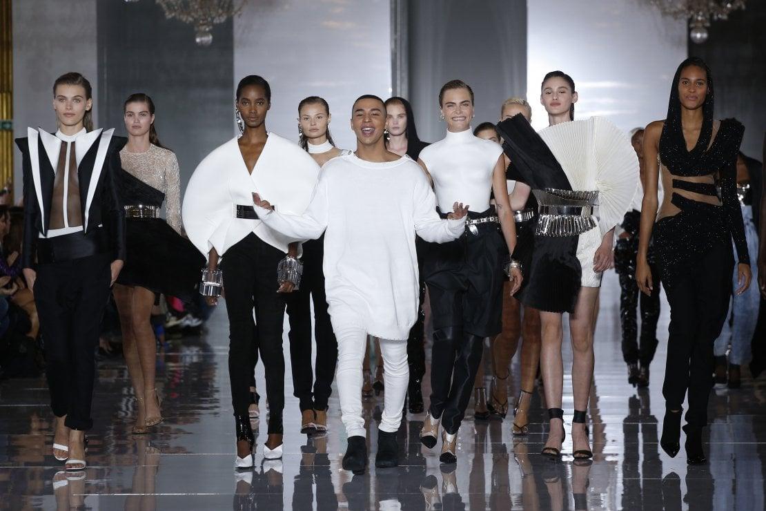 Olivier Rousteing con Cara Delevingne e altre modelle nel finale della sfilata