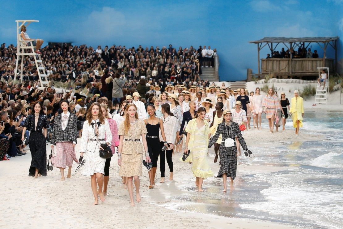 Chanel trasforma il Grand Palais in una spiaggia per una collezione dal sapore marino