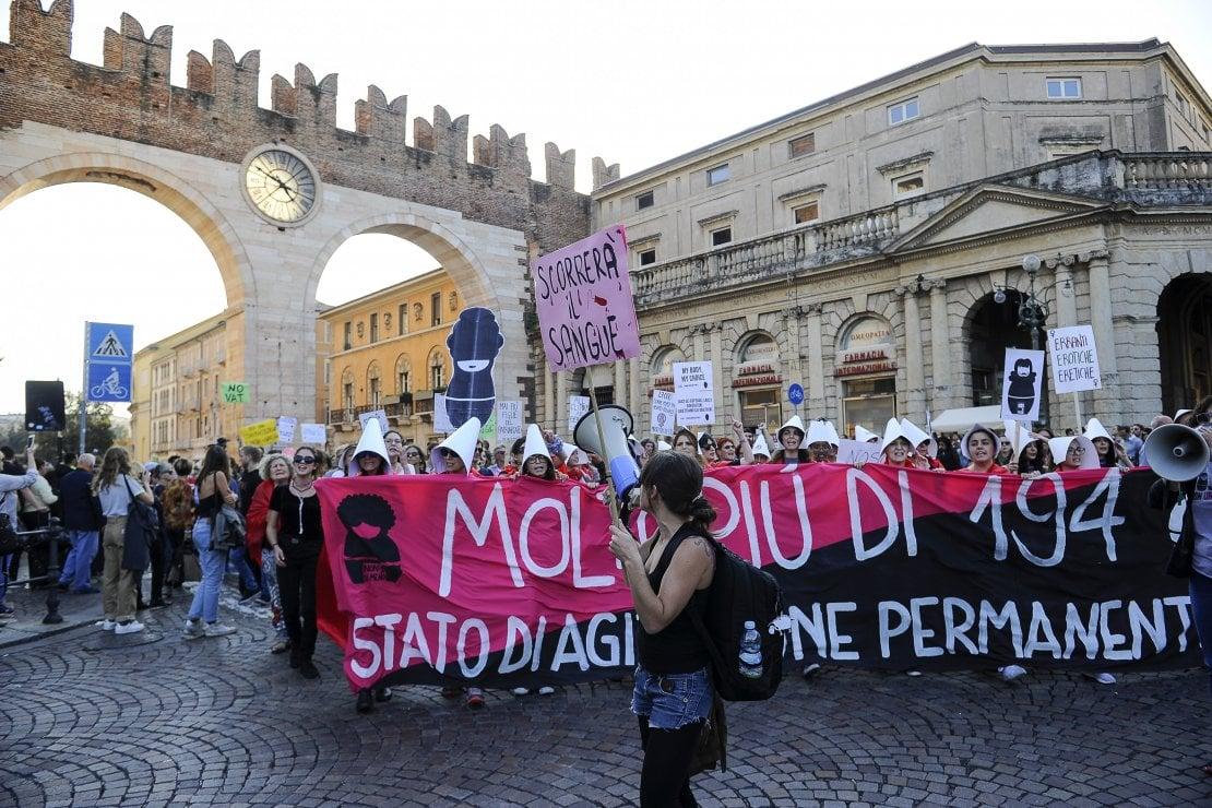 Verona, corteo Non Una di Meno in risposta all'approvazione della mozione anti-aborto
