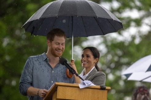 ''Va tutto bene, ho mia moglie'': a riparare Harry dalla pioggia è Meghan, 'stanca a causa della gravidanza' ma felice