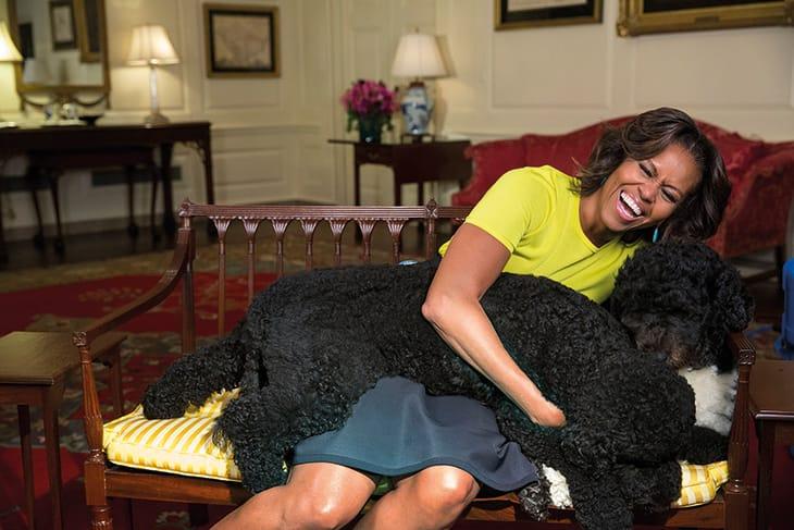 Con i cani Sunny e Bo, durante la registrazione di un video nella Map Room della White House