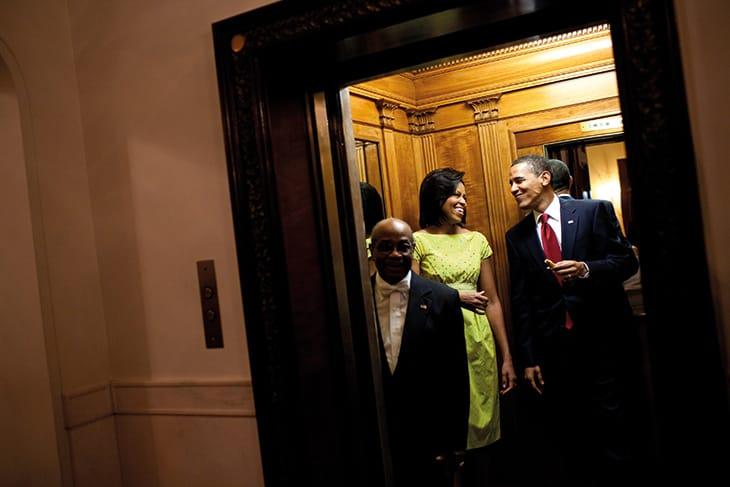 Michelle e Barack nell'ascensore della Casa Bianca, diretti alla residenza privata dopo un incontro istituzionale, nel 2009.