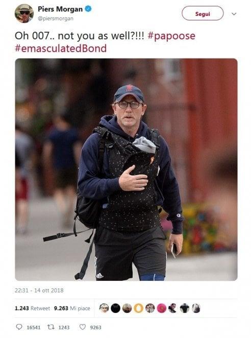 Daniel Craig a spasso con il figlio nel marsupio. Su Twitter l'accusa: Sei effeminato, ma gli altri papà lo difendono