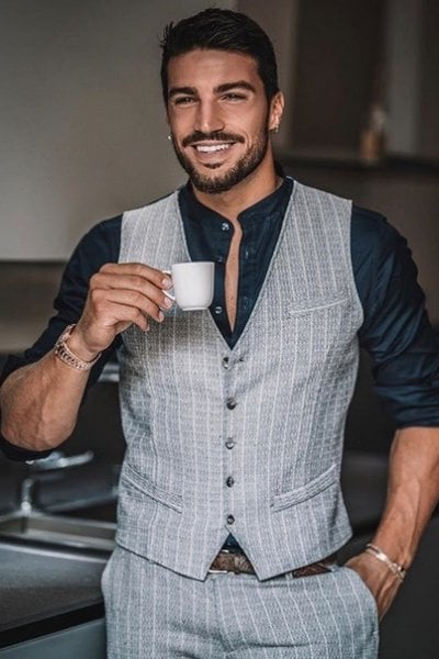 Mariano di Vaio, da lavapiatti a re degli influencer: prima mangiavo solo broccoli. Oggi, a 29 anni, ho 2 figli e do lavoro a 22 under 30