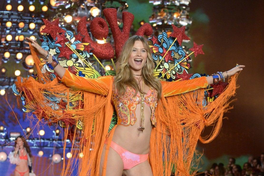 Behati Prinsloo torna a sfilare per Victoria's Secret 8 mesi dopo la gravidanza. Il segreto? ''Ho allattato al seno''