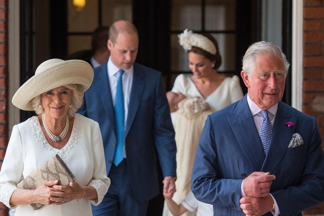 Il principe Carlo assieme alla moglie Camilla nel giorno del battesimo del nipotino Louis, terzogenito di William e Kate Middleton