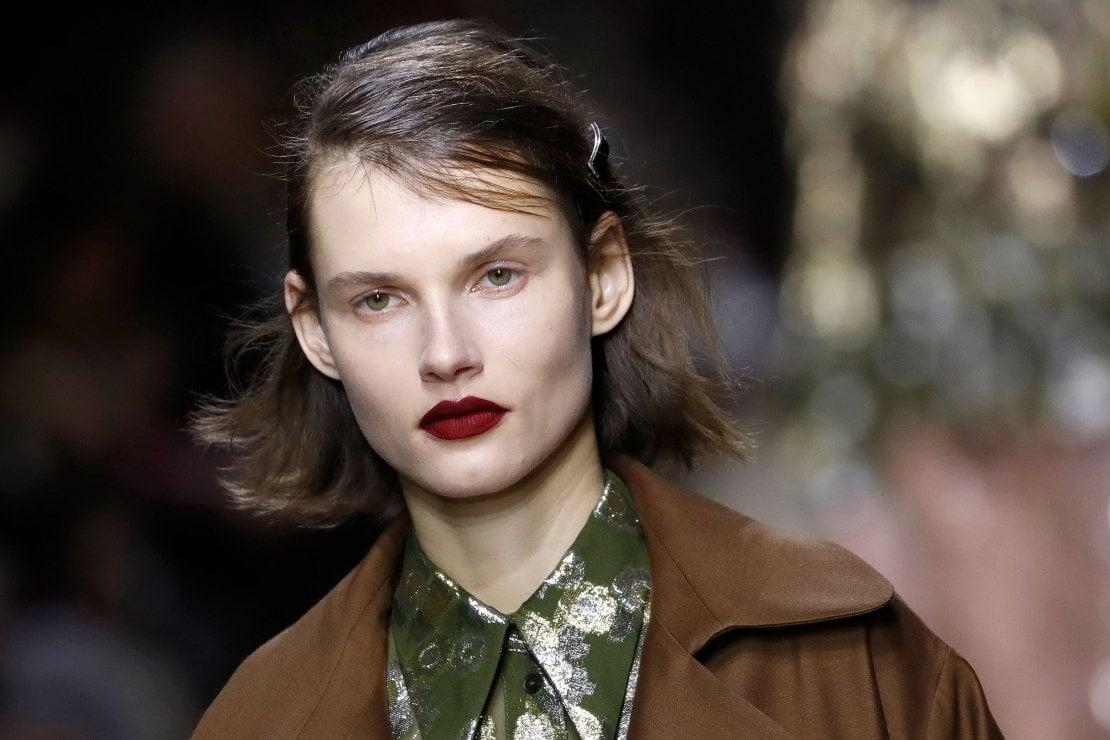 Delicato Colore Viola Pallido dal rosso al viola, dal nero al blu, il rossetto scuro veste