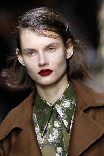 Dal rosso al viola, dal nero al blu, il rossetto scuro veste le labbra d'autunno
