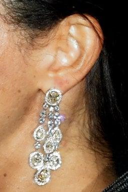 Un dettaglio degli orecchini di Meghan Markle