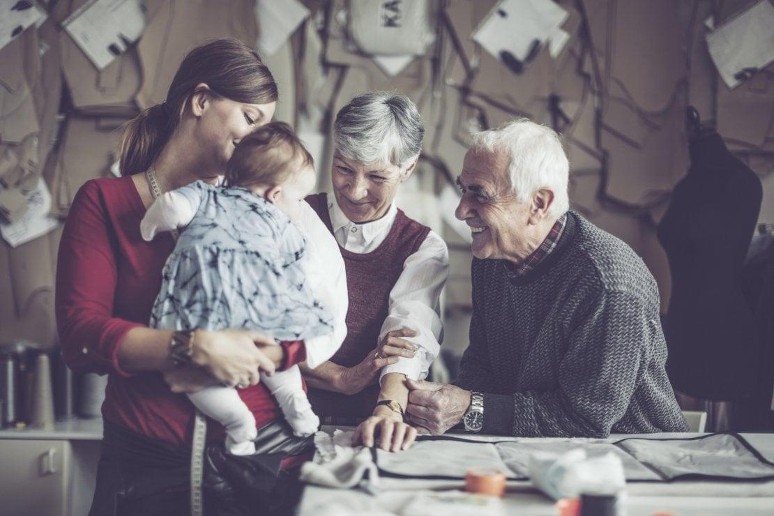 Generazioni a confronto: siamo diventati i genitori che non abbiamo avuto. Ma è davvero un vantaggio?