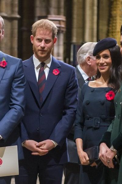 William, Kate, Harry e Meghan hanno un gruppo WhatsApp. Emoji, gif, audio: la Royal Family chatta.