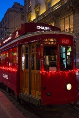 Dal flacone del mitico N.5 al tram, il Natale rosso di Chanel