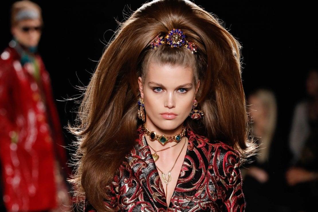 "Capelli ""couture"" per le feste  chiome extra volume e accessori bling  bling. Look Versace pre-fall AI 2019 45d6267f75ee"
