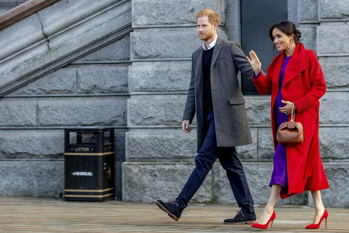 Meghan e Harry di nuovo mano nella mano: cosa rivela il loro bisogno di 'mantenersi in contatto' anche in pubblico?
