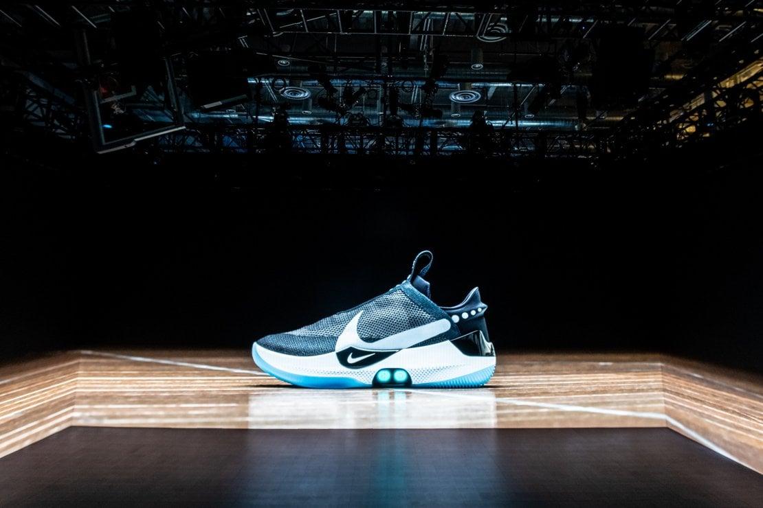 Arrivano le scarpe che si allacciano da sole e che si controllano con lo  smartphone. Nike presenta le nuove Adapt BB c69af678209