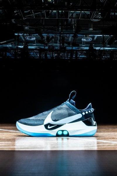 Arrivano le scarpe che si allacciano da sole e che si controllano con lo smartphone. Nike presenta le nuove Adapt BB